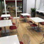 Sitzbereich mit Tischen