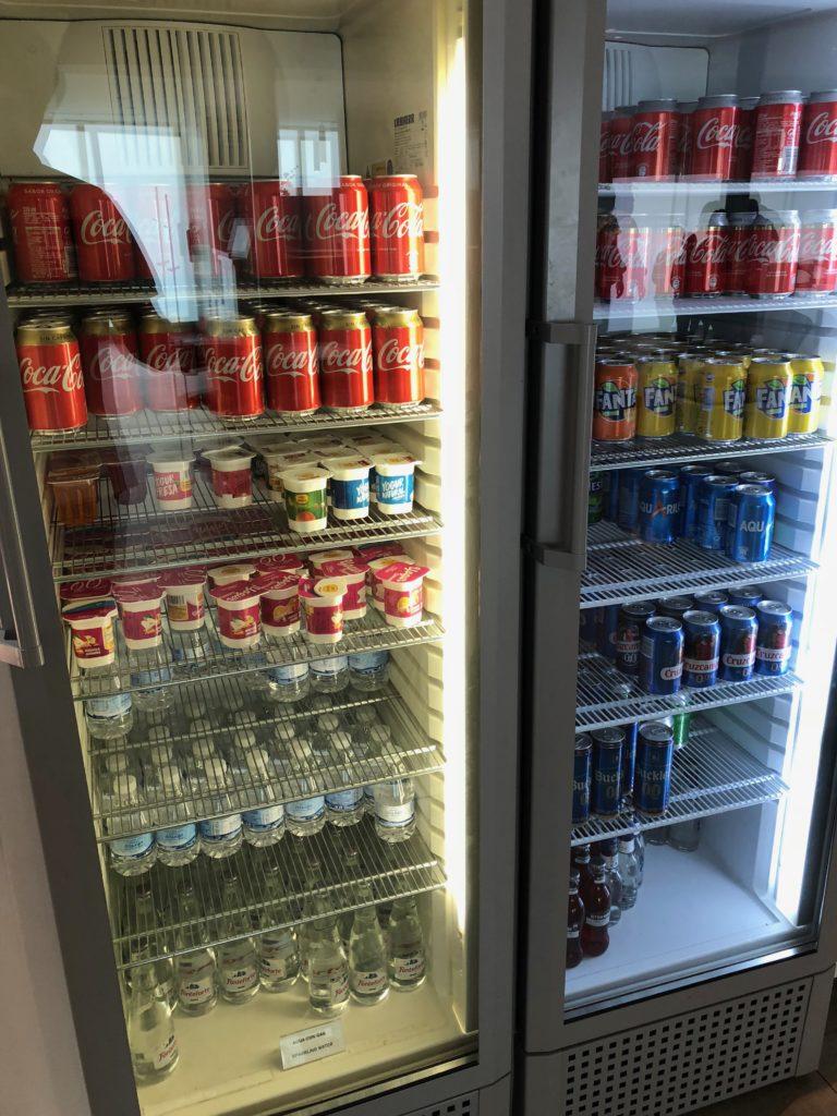 Kühlschränke mit alkoholfreien Getränken, Joghurt und Bier