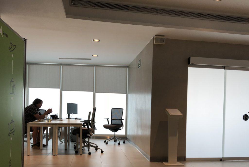 Arbeitsbereich mit Schreibtischen, PC und Drucker