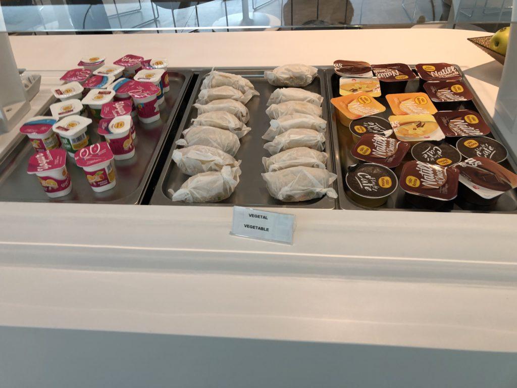 Belegte Brötchen, Pudding und Joghurt